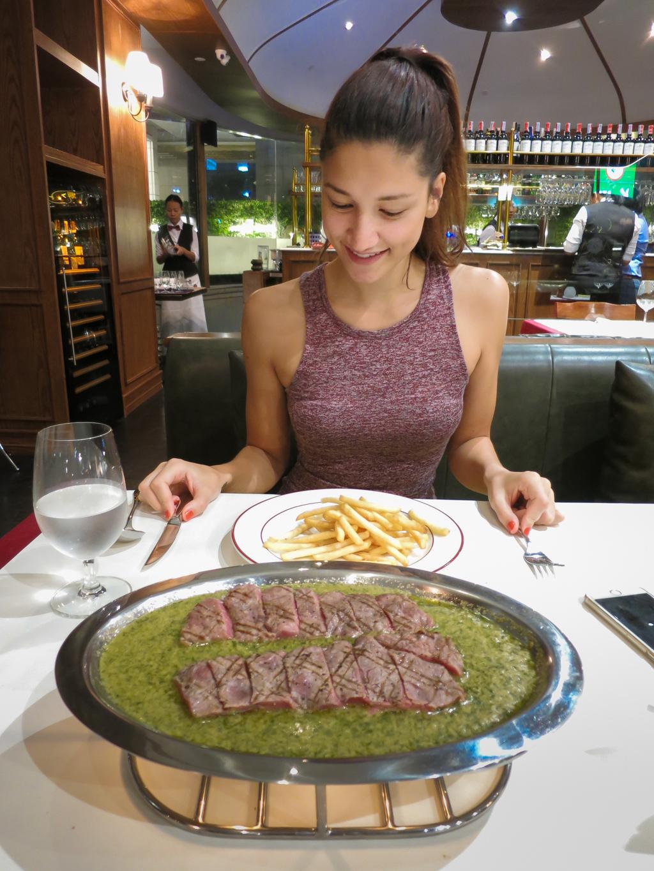 girl_eating_le_boeuf_bangkok